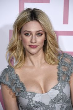 Lili Reinhart as Betty Cooper in Riverdale (CW Betty Cooper, Beautiful Celebrities, Beautiful Actresses, Lilli Reinhart, Looks Pinterest, Lili Reinhart And Cole Sprouse, Beauté Blonde, Cheryl Blossom, Actrices Hollywood