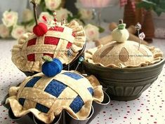 Sweet as Pie Pincushions! Add a little sweetness to your sewing room with a cu… Sweet as Pie Pincushions! Add a little sweetness to your sewing room with a cute pie pincushion. Felt Crafts, Fabric Crafts, Sewing Crafts, Sewing Projects, Patchwork Quilting, Club Couture, Little Presents, Needle Book, Sewing Accessories