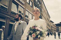 Hier zeigen wir euch einen wirklich coolen Hochzeitstag! Anne und Claus haben sich nicht vom ganzen Hochzeitstohuwabohu verrückt machen lassen und einfach lässig geheiratet! Danach gab es noch eine wirklich unerwartete und zauberhafte Überraschung, aber sieh' selbst ... be bride, be cool, be happy!