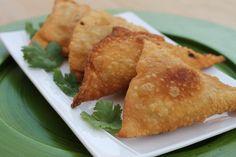 Reteta culinara Samosa cu pui din categoria Aperitive / Garnituri. Specific India. Cum sa faci Samosa cu pui Indian Food Recipes, Ethnic Recipes, Samosas, Indiana, Indian Recipes