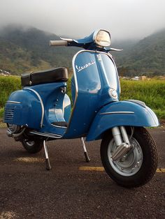 Vintage Motorcycles Vespa, o remember my Dad had one of these! I remember it was this color too (? Triumph Motorcycles, Vintage Motorcycles, Piaggio Vespa, Lambretta Scooter, Scooter Scooter, Retro Scooter, Scooter Motorcycle, Vespa Vintage, Vintage Cars