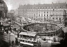 Place Saint-Michel lors de la construction de la ligne 4 du métro, Paris, 1905.