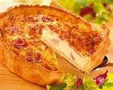 017 - Quiche Lorraine: La palabra aparece por primera vez en Nancy, capital de Lorena, en 1605. En un principio, el relleno se componía sólo de huevos y crema de leche o nata fresca (en algunas ocasiones rallado de queso Gruyère ). En el siglo XIX, se le añadieron las pequeñas tiras o tacos de panceta magra, fresca o ahumada, que caracterizan la quiche lorraine de hoy en día.