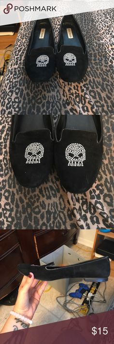 Steve Madden skull loafer flats Black Steve Madden skull studded black loafer flats. Gently used size 9.5! Small heel so they can be worn professionally and still be stylish! (Inside will be sanitized before shipping 🤗) Steve Madden Shoes Flats & Loafers