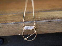 Collier pendentif druzy or Halo abstrait Hoop par SaressaDesigns