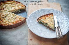 Porcja bezglutenowej tarty z jarmużem, gruszką i serem pleśniowym o wadze 150 g ma 4,9 wymiennika, w tym 1,9 WW i 3,0 WBT. Nie lubię sera pleśniowego - ale chyba na kanapce - w tej postaci jest pyszny. 100 g ma 249 kcal.