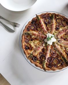 Herkuttelijat -ruokablogi: Herkullinen lihapullakastike Onion Bread, Cheese Bread, Vegetable Pizza, Quiche, Feta, Good Food, Food And Drink, Baking, Vegetables