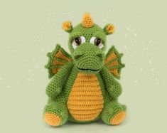 Кукляндия: Дракон Crochet Dinosaur Patterns, Crochet Unicorn Pattern, Crochet Amigurumi Free Patterns, Crochet Baby Toys, Cute Crochet, Crochet Books, Stuffed Animal Patterns, Knitting Toys, Doll Clothes