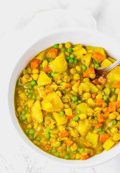 Jamaican Spicy Potato Curry (Vegan), Chickpea, Carrot and Green Peas Curry in a white bowl Potato And Pea Curry, Chickpea And Potato Curry, Vegan Chickpea Curry, Vegetarian Curry, Vegan Recipes Easy, Veggie Recipes, Indian Food Recipes, Vegetarian Recipes, Oven Recipes
