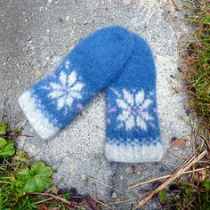 Ravelry: Stjernehøst votter pattern by MaBe Cross Stitch Pattern Maker, Cross Stitch Patterns, Free Knitting, Knitting Patterns, Baby Mittens, Yarn Stash, Mittens Pattern, Bee Happy, Christmas Elf