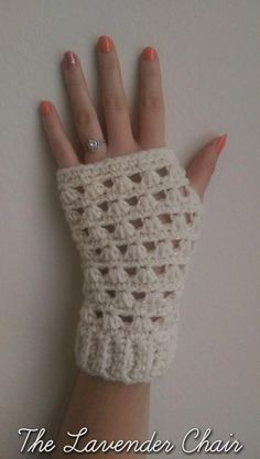 Favorite Crochet Ideas Lazy Daisy Fingerless Gloves Crochet Pattern - The Lavender Chair - These Lazy Daisy Fingerless Gloves are so elegant. They are the perfect accesory to complete any outfit. Get the free crochet pattern here! Fingerless Gloves Crochet Pattern, Fingerless Mittens, Crochet Scarves, Crochet Hooks, Crochet Hand Warmers, Mode Crochet, Crochet Daisy, Crotchet, Bonnet Crochet