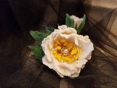 Handmade felting. Вовняна брошка білої півонії. Валяна з вовни австралійського мериносу. Декорована штучними перлинами і бісером. Кріплення - защіпка