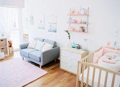 Petit canapé gris pour la chambre bébé