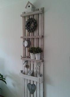 Wandkastje voor prullaria, gemaakt van pallets.
