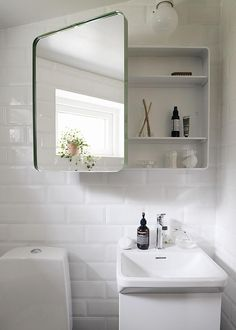 www.hemtrender.se /www.svedbergs.se  litet badrum, små badrum, svedberg, handfat forma i litet badrum, forma, spegelskåp holger i litet badrum, toalett i litet badrum, grönt spegelskåp i litet badrum, bathroom, smal bathroom
