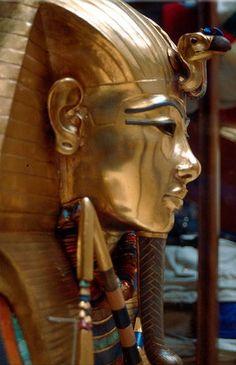 La máscara funeraria fue hallada en el año 1922, por el arqueólogo Howard Carter en el interior de la tumba de Tutankamón (KV62), situada en el Valle de los Reyes, (Egipto), (única tumba real egipcia encontrada intacta) y representa el rostro idealizado de Tutankamón, 'imagen viva de Amón', faraón perteneciente a la dinastía XVIII de Egipto, que reinó de 1336/5 a 1327/5 a. C. La máscara estaba incrustada en el rostro de la momia del faraón a modo de protección.