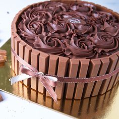 Send Kitkat Fudge Cake Cakes in Dubai UAE with our Unique Collection of Cakes in Dubai with same day delivery. Send Cakes to Dubai UAE easily with our wide varieties to choose from. Chocolate Kit Kat Cake, Chocolate Cake Designs, Chocolate Recipes, Cake Decorating Videos, Cake Decorating Techniques, Torta Kit Kat, Cakes In Dubai, Aniversary Cakes, Bithday Cake