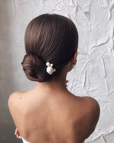 Searching for the perfect, romantic hair look for your wedding? Try one of these soft and pretty updos, half-up, or down hairstyles for your big day. Updos For Medium Length Hair, Short Hair Updo, Short Wedding Hair, Wedding Hair And Makeup, Wedding Updo, Braided Hair, Trending Hairstyles, Down Hairstyles, Bridal Hairstyles