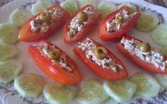 Antipasto veloce senza cottura Stanchi della solita insalata estiva di pomodori??? Le barchette di pomodori ripieni sono un ottimo antipasto che non vi deluderà. Una ricetta innovativa per preparare i pomodori in un piatto bello a #pomodoriripieni #tonno #barchette