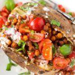 Einfache Ofenkartoffel mit Tomaten und Kichererbsen gefüllt