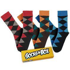 Klasika v nabídce SocksInBox v novém barevném provedení.  Díky klasickému vzoru skvěle sednou také k obleku. Velikost 41-45