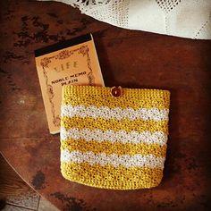 レトロなポーチ_かぎ針編み Crochet Pouch, Crochet Purses, Knit Crochet, Knitting Patterns, Crochet Patterns, Crochet Accessories, Handicraft, Purses And Bags, Free Pattern