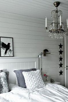 konsttryck,artprint,prints,svart fågel,stickad kudde,virkad kudde,eightmood sängkläder,lampa i sovrum,kristallkrona,sänggavel,sänglampa