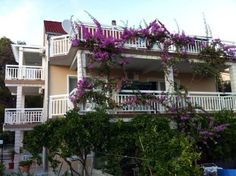 Apartments Mara Orebi? Offering a terrace and views of the sea, Apartments Mara is set in Orebi? in the Dubrovnik-Neretva County Region, 46 km from Me?ugorje. Makarska is 37 km away. Free private parking is available on site.  The accommodation is equipped with a TV.
