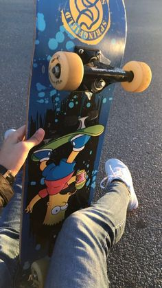 Skateboard styles this is how to don the tendancy. Skateboard Deck Art, Skateboard Pictures, Skateboard Design, Skateboard Girl, Skateboard Tumblr, Supreme Skateboard, Skates Vintage, Skate Photos, Skate And Destroy