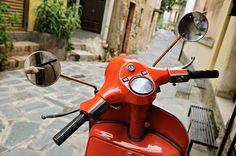 #Italie - Scooter rouge dans une rue de Castelmola #Sicile #Sicily #Italy