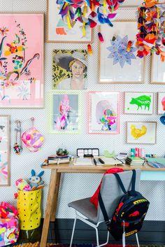 På et tidspunkt var der en på Facebook, der efterlyste ideer til hvordan man kan dekorere sine vægge til en forholdsvis billig mønt…og her er et par forslag. På billedet ovenfor har man valgt at male både rammer og væg i samme farve. Det gir en super fed effekt. Så ud på loppemarkederne og find billige rammer og giv hele dyngen en gang maling. En idé er at sætte en masse spejle sammen og gerne i forskellige størrelser og former. De kan findes til en fin pris på loppemarkeder. Ikea har også…