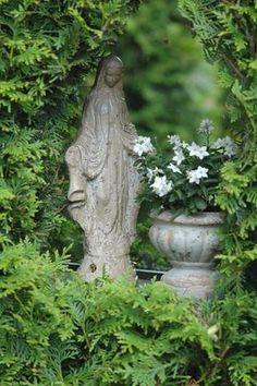 Weather worn statue of Mary in a garden Dream Garden, Garden Art, Garden Design, Garden Statues, Garden Sculpture, Beautiful Gardens, Beautiful Flowers, Marian Garden, Madonna