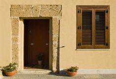 Ingresso alle camere 2 e 3, arredate in stile antico-rurale
