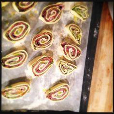 Bladerdeeghapjes met pesto en gedroogde ham (Jeroen Meus).