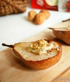 Le pere al forno con cuore di gorgonzola, miele e noci sono uno sfizioso ed elegante antipasto da presentare ai vostri ospiti in occasioni importanti.
