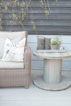 Gadgets, Techno, Cellphone, Computer: 10 Original things to decorate your table this season Garden Furniture, Diy Furniture, Outdoor Furniture Sets, Outside Living, Outdoor Living, Outdoor Spaces, Outdoor Decor, Wooden Spools, Wooden Spool Tables