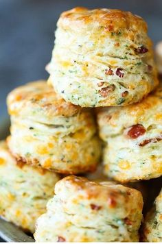 Black Pepper Cheddar Bacon Biscuits - Bread recipes - Black Pepper Cheddar Bacon Biscuits Black Pepper Cheddar Bacon Biscuits - So flaky, fluffy and buttery! With crisp bacon bits, sharp cheddar, black pepper + garlic. These are simply THE BEST! Best Brunch Recipes, Gourmet Recipes, Healthy Recipes, Burger Recipes, Baking Recipes, Breakfast Recipes, Cheddar, Bread Machine Recipes, Easy Bread Recipes