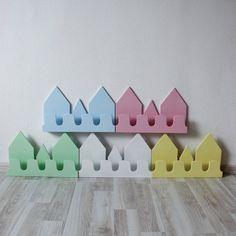 Домик изготовлен из безопасных для детей материалов - натурального дерева и акриловой краски без запаха. Цвета на выбор: белый, желтый, зеленый, голубой, розовый. Может крепиться на стену или стоять на ровной поверхности (крепление входит в комплект). Полка-домик для книг или игрушек. Передняя часть выполнена в виде крючков.