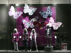 Visual: BENETTON - Vidrieras de Tokyo Visual Merchandiser, styling and still life designs Spring Window Display, Fashion Window Display, Shop Window Displays, Store Displays, Boutique Interior, Shop Interior Design, Visual Merchandising Displays, Visual Display, Tissue Paper Flowers