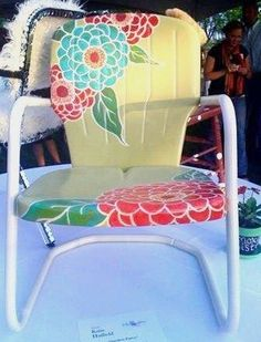 Great makeover for these retro metal chairs! Great makeover for these retro metal chairs! Vintage Metal Chairs, Metal Lawn Chairs, Vintage Patio, Hand Painted Chairs, Hand Painted Furniture, Painting Wicker Furniture, Painted Benches, Lawn Furniture, Funky Furniture