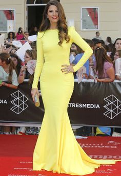 Juana Acosta con un vestido amarillo lima.