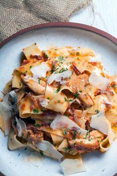 0 γρ. ντομάτα, κονκασέ 60 γρ. βούτυρο 70 γρ. παρμεζάνα, τριμμένη εστραγκόν, ψιλοκομμένο θυμάρι, ψιλοκομμένο κρεμμύδια, μαγειρεμένα, απ' το στιφάδο ελαιόλαδο Orzo, Greek Recipes, Hawaiian Pizza, Spaghetti, Rice, Pasta, Cooking, Food, Kitchen