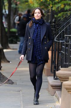 Liv Tyler Photos - Liv Tyler takes her dog for a stroll in the West Village. - Liv Tyler Walks Her Dog in the West Village Mia Tyler, Steven Tyler, Liv Tyler Hair, Liv Tyler 90s, Arwen, Liv Tyler Style, Bebe Buell, 90s Fashion, Outfits