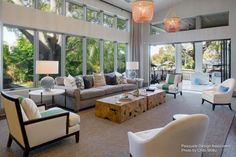 The Mediterranean Modern Luxe project in the Tampa Bay Area, Florida has been an exciting one for Franco, the interior designer. He broke the routine and has approached the venture distinctively with a chic, modern style that allowed one to just soak in the beauty of the Florida landscape.