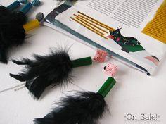 Orecchini lunghi vegan rosa e verde con piume nere
