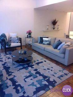 Decoração de Interiores – Salas de Estar Linda sala de estar. Aqui temos um bom exemplo de que, o simples também alcança decorações lindas. Neste exemplo vemos uma sala de paredes brancas e piso clássico de tacos de madeira. O tapete com a estampa abstrata e cores variadas dita o estilo das cores usadas na decoração, numa combinação perfeita! Veja mais! http://decoraclick.com.br/decoracao-de-interiores-salas-de-estar-18/
