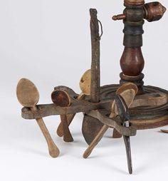 Lot : PORTE-CUILLERE  à suspendre en bois travaillé  au couteau. On y joint six[...]   Dans la vente L'Ame Bretonne à Adjug'art