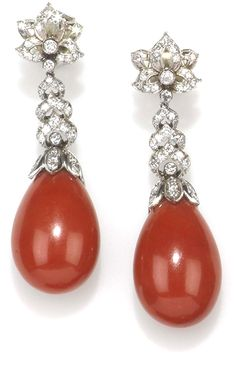 A pair of coral and diamond pendent earrings, montatura in oro bianco Solitaire Earrings, Gold Diamond Earrings, Coral Earrings, Coral Jewelry, Diamond Jewelry, Luxury Jewelry, Modern Jewelry, Fine Jewelry, Jewellery