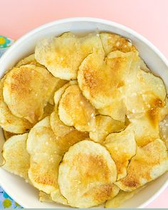 Did you know you can make healthy, delicious potato chips in the microwave? Click through for the easy recipe and video! by Sarah Hearts Healthy Microwave Meals, Microwave Breakfast, Microwave Recipes, Healthy Diet Recipes, Oven Recipes, Cooking Recipes, Microwave Oven, Easy Recipes, Casseroles Healthy