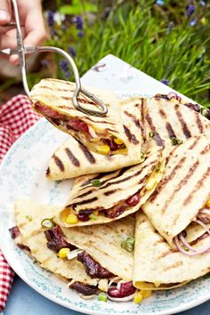 QUESADILLAS are also available from the grill. This is particularly tasty with beans and corn and GUACAMOLE. The recipe >> QUESADILLAS are also available from the grill. This is particularly tasty with beans and corn and GUACAMOLE. Barbecue Recipes, Grilling Recipes, Beef Recipes, Snacks Recipes, Recipes Dinner, Recipe 21, Recipe Ideas, Good Food, Yummy Food